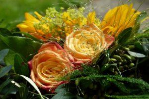 Strauß mit gelben Rosen und Sonnenblume