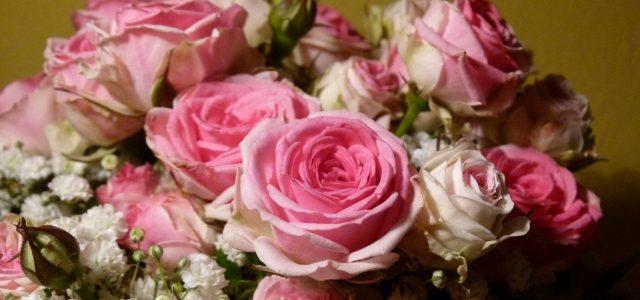Strauß mit kleinen pinken Rosen und Schleierkraut