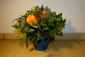 Strauß mit goldgelben Rosen und Beeren