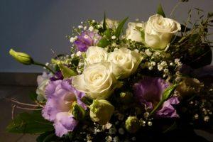 Blumenstrauß mit weißen Rosen Schleierkraut und fliederfarbenen Blumen