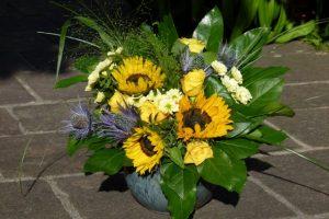 Strauß mit Sonnenblumen, gelben Rosen und Disteln