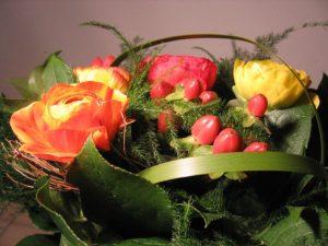 Blumenstrauß mit Ranunkel in rot und gelb