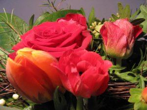 Blumenstrauß in rot mit Rosen, Annemonen und Tulpen zum Geburtstag