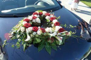 Brautauto mit Blumenschmuck in rot und weiß