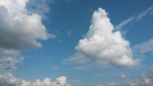 Dreieckige Wolke am blauen Himmel