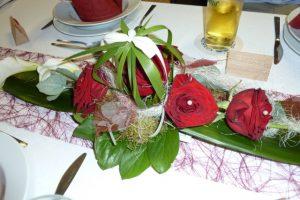 Tischschmuck Hochzeit mit roten Rosen