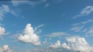 Weiße Wolken am strahlend blauen Himmel