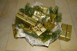Adventskalender mit goldenen Päckchen