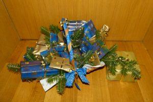 Adventskalender mit Päckchen in blau und gold