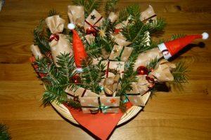 Adventskalender Päckchen mit Bändchen in rot und grün
