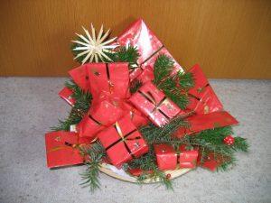 Adventskalender mit roten Päckchen