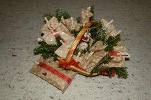 Adventskalender mit Tütchen und Holzklammern
