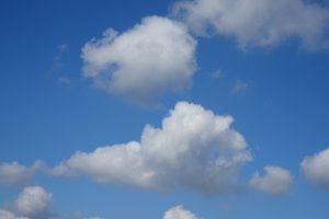 Weiße Wolken am tiefblauen Himmel