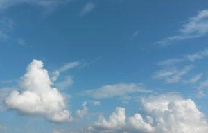 Wunderschöe Wolken am blauen Himmel