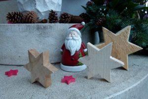 Holzsterne und ein Nikolaus