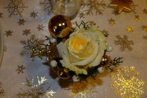Edles Tischgesteck für den Advent