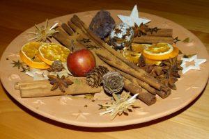 Zimt, Nelken und Orangen verbreiten Weihnachtsduft