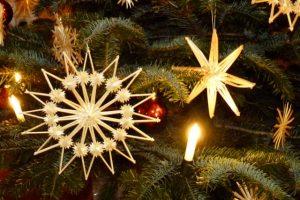 An unserem Weihnachtsbaum hängen seit Jahren Strohsterne