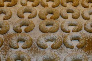 Vanillekipferl noch heiß mit Puderzucker bestäuben