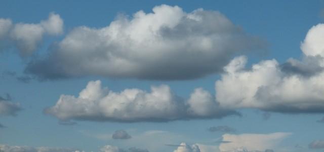 Beeindruckende Wolken am blauen Himmel