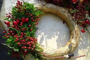 Türkranz mit verschiedenen grünen Zweigen und Hagebutten selber binden