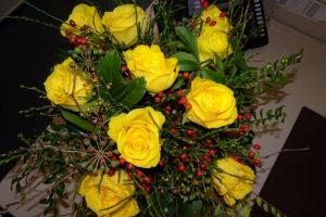 Blumenstrauß mit gelben Rosen und Hagebutten