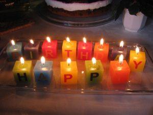 Kerzen mit Buchstaben Happy Birthday