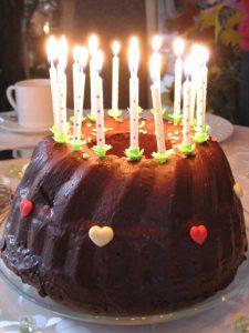 Kleiner Gugelhupf Geburtstagskuchen mit Kerzen