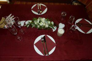 Festlich gedeckter Tisch in brombeere und weiß