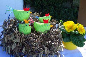Ein Kranz aus Korkenzieherhasel mit Osterhühnern