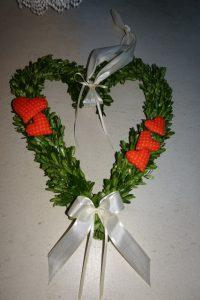 Buchsherz dekoriert mit Stoffherzen in orane