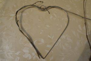 Herz mit Efeuranken umwickeln