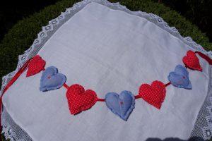 Dekoration Girlande mit Stoffherzen in rot und blau