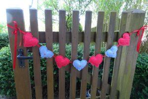 Dekoration Girlande mit Stoffherzen an der Gartentüre