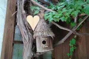 Dekoration für draußen Holzherz und Vogelhäuschen