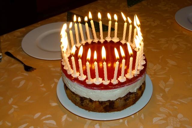 Kuchen mit Kerzen als Geburtstagsgeschenk